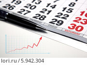 Купить «Настенный календарь и ручка на фоне растущего графика», иллюстрация № 5942304 (c) Александр Калугин / Фотобанк Лори