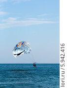 Купить «Парасейлинг. Полёт на парашюте за катером», фото № 5942416, снято 6 августа 2013 г. (c) Анна Кудрявцева / Фотобанк Лори