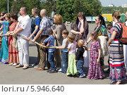 Купить «Ратха-ятра в Лужниках.Преданные и их дети держатся за канат колесницы», фото № 5946640, снято 18 мая 2014 г. (c) Вячеслав Беляев / Фотобанк Лори