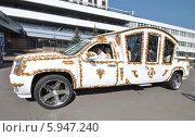 """Купить «Красивый автомобиль-карета около гостиницы """"Измайлово""""», эксклюзивное фото № 5947240, снято 18 мая 2014 г. (c) lana1501 / Фотобанк Лори"""