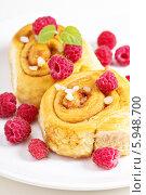 Купить «Булочки с корицей и малина на белом фоне», фото № 5948700, снято 18 июля 2013 г. (c) Елена Веселова / Фотобанк Лори