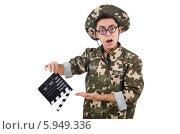 Купить «Забавный солдат с  кино хлопушкой, изолированно на белом фоне», фото № 5949336, снято 10 января 2014 г. (c) Elnur / Фотобанк Лори