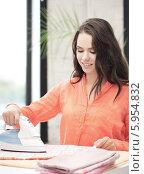 Купить «Женщина гладит белье утюгом», фото № 5954832, снято 16 июля 2011 г. (c) Syda Productions / Фотобанк Лори
