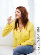 Купить «Девушка в желтой блузке пьет воду из стеклянного стакана», фото № 5954884, снято 19 марта 2014 г. (c) Syda Productions / Фотобанк Лори