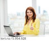 Купить «Привлекательная девушка в желтой блузке работает с ноутбуком», фото № 5954928, снято 19 марта 2014 г. (c) Syda Productions / Фотобанк Лори