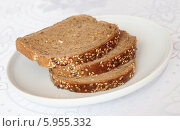 Зерновой хлеб в тарелке на белой скатерти. Стоковое фото, фотограф Екатерина Караваева / Фотобанк Лори
