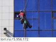 Купить «Промышленный альпинист моет окна здания», фото № 5956172, снято 17 мая 2014 г. (c) Дмитрий Савостин / Фотобанк Лори