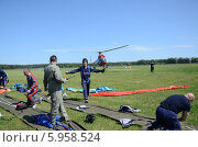 Купить «Парашютисты готовятся к прыжкам с вертолёта», эксклюзивное фото № 5958524, снято 31 мая 2014 г. (c) Наталья Горкина / Фотобанк Лори