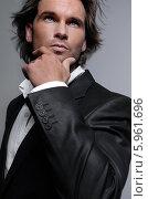 Портрет элегантного мачо в черном костюме. Стоковое фото, агентство BE&W Photo / Фотобанк Лори