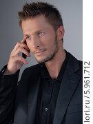 Портрет серьезного элегантного молодого мужчины с мобильным телефоном. Стоковое фото, агентство BE&W Photo / Фотобанк Лори