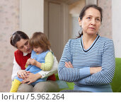 Купить «Бабушка обиделась на дочь с внучкой», фото № 5962264, снято 1 декабря 2012 г. (c) Яков Филимонов / Фотобанк Лори