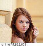 Купить «Портрет красивой юной девушки возле жёлтой стены дома», эксклюзивное фото № 5962608, снято 27 мая 2014 г. (c) Игорь Низов / Фотобанк Лори