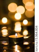 Купить «Чайная свеча на фоне размытых огоньков», фото № 5964804, снято 22 января 2014 г. (c) Anton Kozyrev / Фотобанк Лори