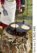 Приготовление блинов на костре в походных условиях. Стоковое фото, фотограф Валерия Попова / Фотобанк Лори