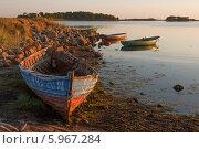 Купить «Соловецкое побережье с лодками летним солнечным вечером», фото № 5967284, снято 4 августа 2013 г. (c) Горшков Игорь / Фотобанк Лори