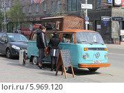 Купить «Пара делает покупку в старом автомобиле по продаже кофе, Красноярск», эксклюзивное фото № 5969120, снято 29 мая 2014 г. (c) Алексей Гусев / Фотобанк Лори