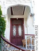 Купить «Старая деревянная дверь в Стамбуле, Турция», фото № 5969532, снято 28 января 2020 г. (c) Mikhail Starodubov / Фотобанк Лори