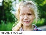 Купить «Плачущая девочка на природе», фото № 5970224, снято 12 июня 2013 г. (c) BestPhotoStudio / Фотобанк Лори