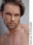 Купить «Портрет привлекательного мужчины с трехдневной щетиной», фото № 5970628, снято 17 октября 2018 г. (c) BE&W Photo / Фотобанк Лори