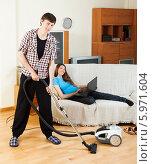 Купить «Мужчина пылесосит пол в комнате», фото № 5971604, снято 12 марта 2014 г. (c) Яков Филимонов / Фотобанк Лори