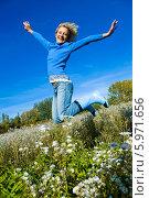Купить «Счастливая светловолосая девушка прыгает от радости на весеннем лугу», фото № 5971656, снято 20 апреля 2018 г. (c) BE&W Photo / Фотобанк Лори