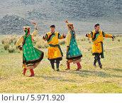 Купить «Люди танцуют летом на природе в народных костюмах», эксклюзивное фото № 5971920, снято 15 июня 2011 г. (c) Виктория Катьянова / Фотобанк Лори