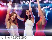 Купить «Радостные девушки танцуют на вечеринке в ночном клубе», фото № 5972260, снято 20 октября 2013 г. (c) Syda Productions / Фотобанк Лори