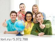 Купить «Ученики с глобусом в школьном классе. Все одновременно показывают жест одобрения», фото № 5972788, снято 29 марта 2014 г. (c) Syda Productions / Фотобанк Лори