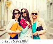 Купить «Три красивые девушки в солнцезащитных очках гуляют по городу», фото № 5972888, снято 29 июня 2013 г. (c) Syda Productions / Фотобанк Лори