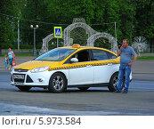 Купить «Водитель такси, стоя рядом с машиной и ждет пассажиров, Москва», эксклюзивное фото № 5973584, снято 15 мая 2014 г. (c) lana1501 / Фотобанк Лори