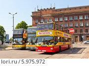 Купить «Три желтых двухэтажных экскурсионных автобуса на площади Латышских стрелков в Риге, Латвия», фото № 5975972, снято 25 мая 2014 г. (c) Иван Марчук / Фотобанк Лори