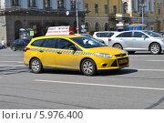 Купить «Новое желтое такси идет по улице Театральный проезд,  Москва», эксклюзивное фото № 5976400, снято 31 мая 2014 г. (c) lana1501 / Фотобанк Лори