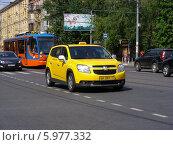 Купить «Автомобиль - желтое такси двигается по Первомайской улице,  Москва», эксклюзивное фото № 5977332, снято 25 мая 2014 г. (c) lana1501 / Фотобанк Лори