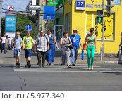 Купить «Люди переходят дорогу по пешеходному переходу, Первомайская улица, Москва», эксклюзивное фото № 5977340, снято 25 мая 2014 г. (c) lana1501 / Фотобанк Лори