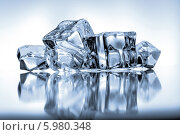 Купить «Кубики льда на голубом фоне», фото № 5980348, снято 14 июня 2013 г. (c) Natalja Stotika / Фотобанк Лори