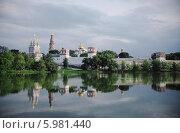 Новодевичий монастырь на исходе дня. Стоковое фото, фотограф Артем Пикулин / Фотобанк Лори