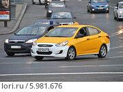 Купить «Новое желтое такси двигается по Большому Каменному Мосту», эксклюзивное фото № 5981676, снято 6 июня 2014 г. (c) lana1501 / Фотобанк Лори