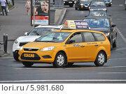 Купить «Новое желтое такси двигается по Большому Каменному мосту», эксклюзивное фото № 5981680, снято 6 июня 2014 г. (c) lana1501 / Фотобанк Лори