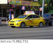 Купить «Автомобиль желтое такси двигается по Первомайской улице, Москва», эксклюзивная иллюстрация № 5982712 (c) lana1501 / Фотобанк Лори