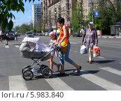 Купить «Пешеходы переходят дорогу по пешеходному переходу, Москва», эксклюзивное фото № 5983840, снято 23 мая 2014 г. (c) lana1501 / Фотобанк Лори
