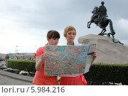 Мама и дочка смотрят карту (2014 год). Стоковое фото, фотограф Dmitriy Zakharov / Фотобанк Лори