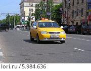 Купить «Желтое такси двигается по дороге, Первомайская улица, район Измайлово,  Москва», эксклюзивное фото № 5984636, снято 1 июня 2014 г. (c) lana1501 / Фотобанк Лори