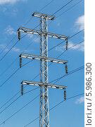Купить «Металлическая опора высоковольтной линии электропередачи на фоне неба», фото № 5986300, снято 6 июня 2014 г. (c) Владимир Сергеев / Фотобанк Лори