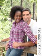 Купить «портрет радостной пары в парке», фото № 5990612, снято 16 июля 2010 г. (c) Phovoir Images / Фотобанк Лори