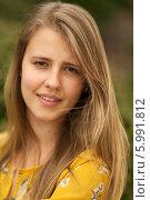 Молодая девушка с очаровательной улыбкой. Стоковое фото, фотограф Дарья Неведрова / Фотобанк Лори