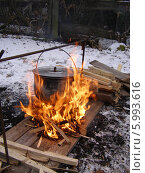 Купить «Котелок на огне. Зимний туристический поход», фото № 5993616, снято 19 мая 2019 г. (c) Александра Лукашина / Фотобанк Лори