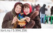 Купить «Две весёлые женщины едят блины, праздник Масленица», фото № 5994356, снято 6 марта 2011 г. (c) Яков Филимонов / Фотобанк Лори