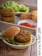 Купить «Вегетарианские бургеры с нутом и овощами», фото № 6001200, снято 5 февраля 2014 г. (c) Елена Веселова / Фотобанк Лори