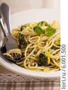 Купить «Спагетти с соусом песто и брокколи», фото № 6001500, снято 22 февраля 2014 г. (c) Елена Веселова / Фотобанк Лори