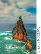 Высокая скала в море. Стоковое фото, фотограф Ilya Druzhinin / Фотобанк Лори